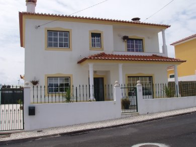 Imobiliário - Vendas -  Moradias - Good Reduction! Beautifully presented detached villa with pool,  in quiet but not isolated setting near beach and golf. - ID 5731
