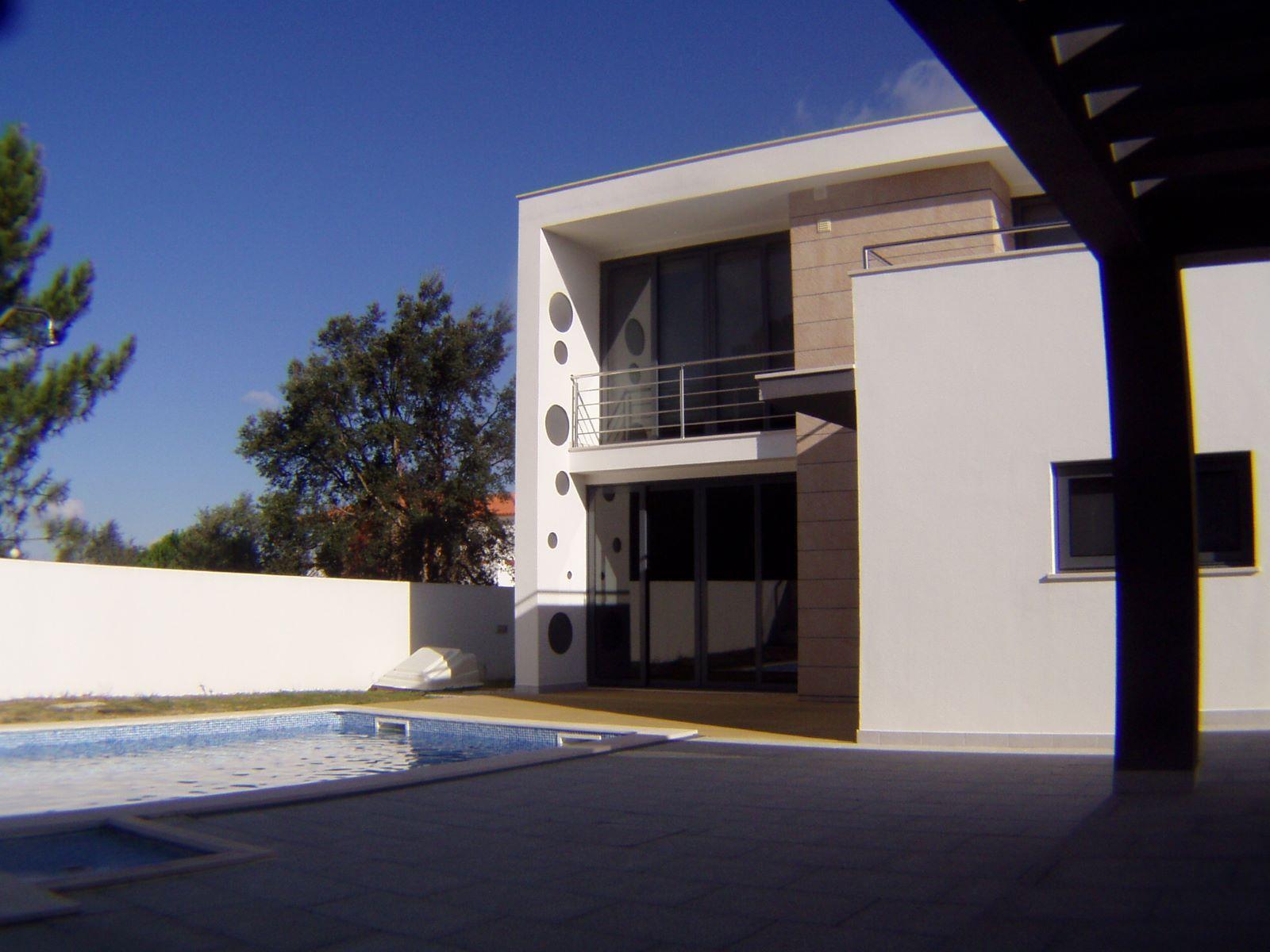 Moderne villa mit 4 schlafzimmern in azeitão zum verkauf das 2 stöckige haus besteht aus 4 schlafzimmern 1 ensuite 3 bäder terrasse küche und einem
